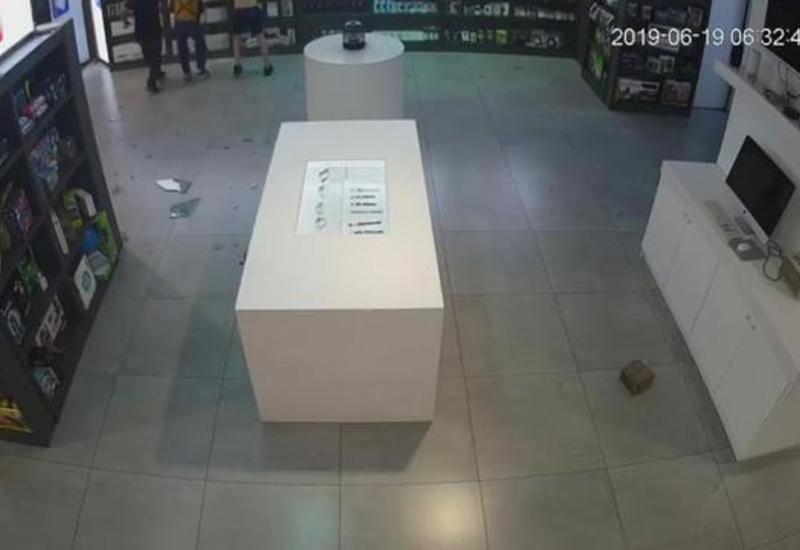 В Тбилиси подростки за 30 секунд обокрали магазин мобильных телефонов