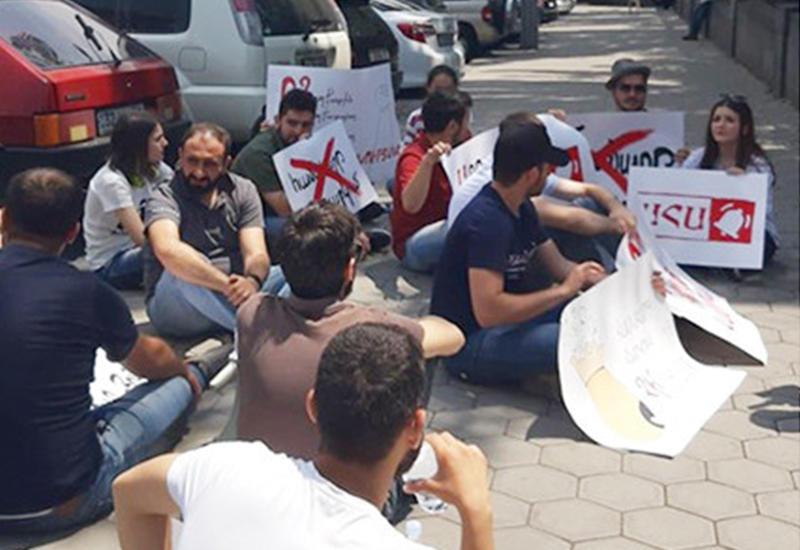Перед парламентом Армении началась акция протеста