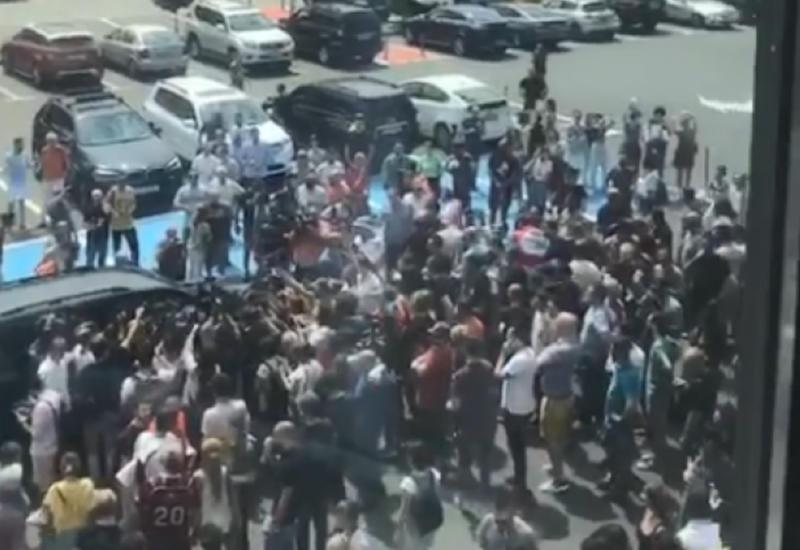 Армянские депутаты попали в окружение в Тбилиси