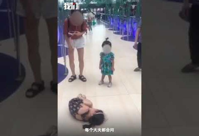 Девочка потрогала украшение в торговом центре и попала в больницу