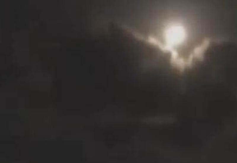 Огромный светящийся НЛО пролетел в облаках и скрылся в вышине