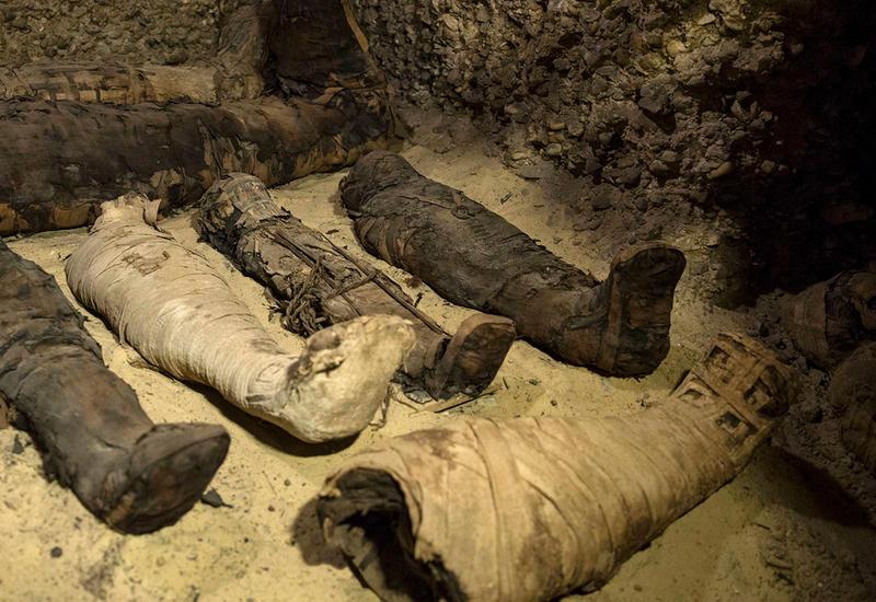 Мумии с драгоценностями нашли у древнейшей пирамиды Египта