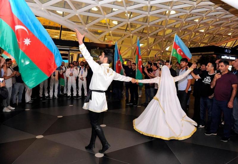 Азербайджанские борцы и боксеры прибыли в Баку после II Евроигр