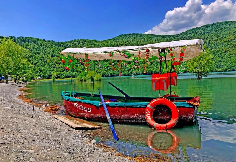 Одно из красивейших озер Азербайджана – Нохур в предгорье Большого Кавказа