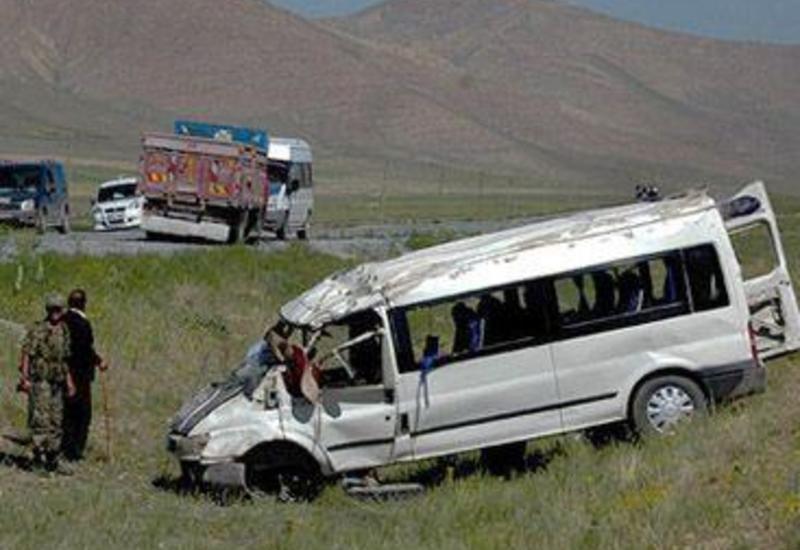 В Шеки автобус с туристами попал в аварию