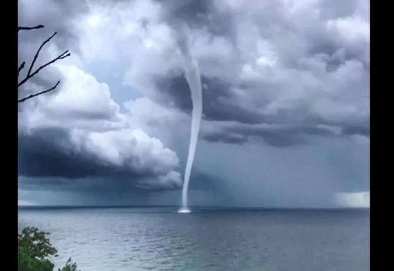 Очевидцы сняли на видео смерч у побережья в Сочи