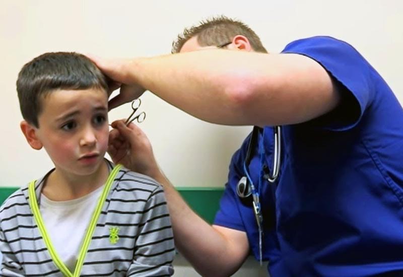 Мальчик сказал, что у него в ухе карандаш, но доктор вытащил что-то гораздо хуже