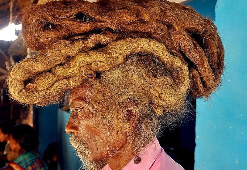 Набожный индиец 40 лет выращивал и не мыл дреды на своей голове