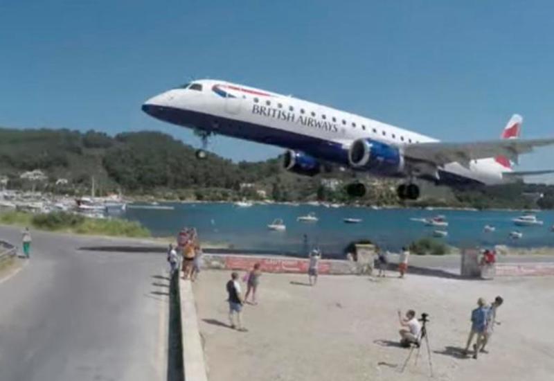 Любители экстремальных селфи чудом увернулись от самолета в Греции