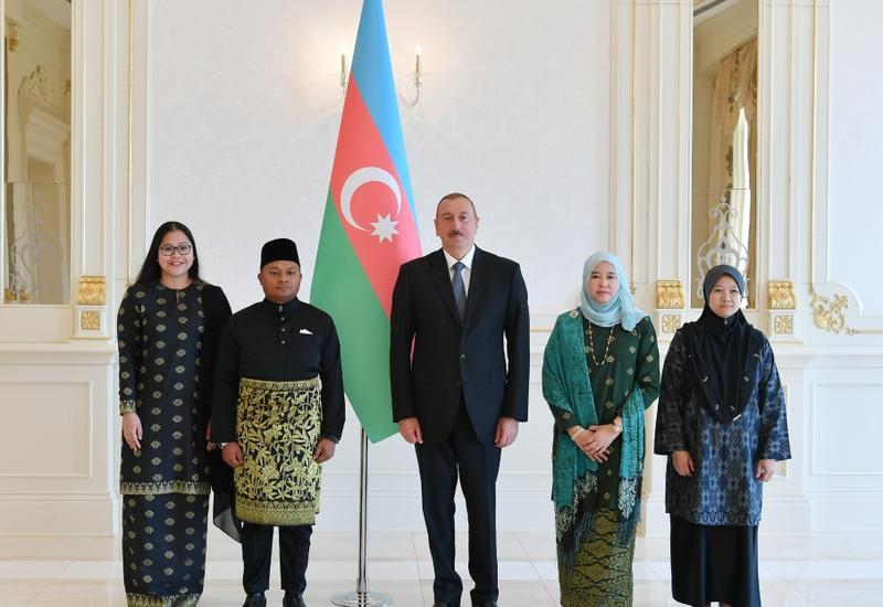 Президент Ильхам Алиев принял верительные грамоты новых послов Колумбии и Малайзии