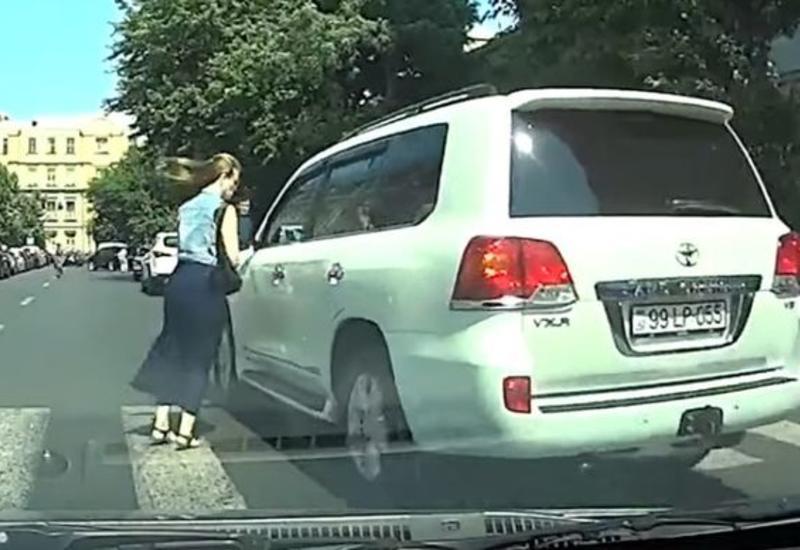 Водитель иномарки чуть не сбил женщину на переходе в Баку