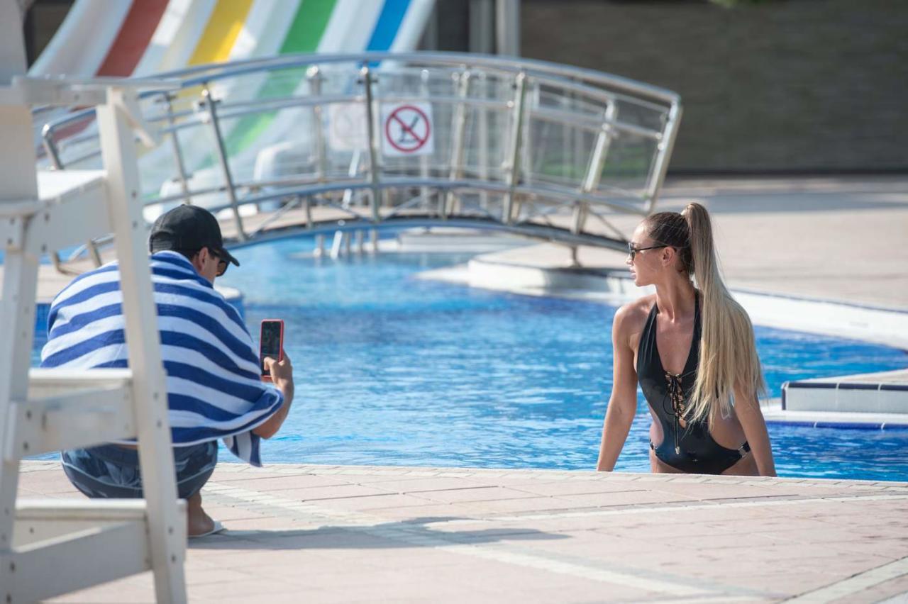 Ольга Бузова у бассейна в Баку