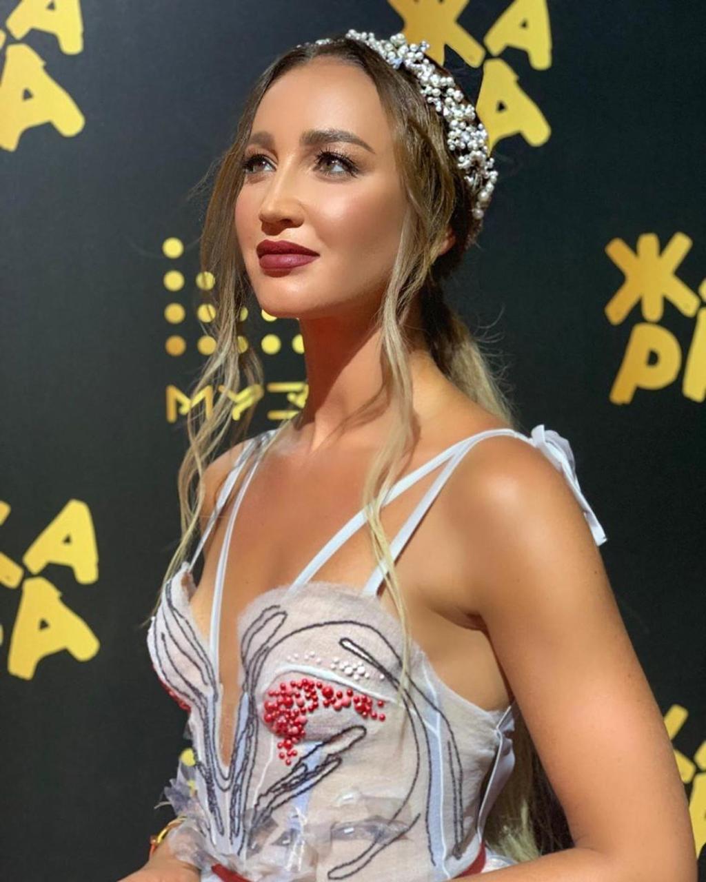 Поцелуи из Баку: Ольга Бузова продолжает восхищать фанатов