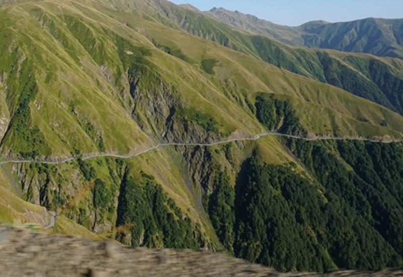 В горах Грузии грузовик упал в ущелье, есть жертвы