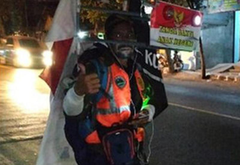 Индонезийский путешественник идёт задом наперёд, чтобы встретиться с президентом