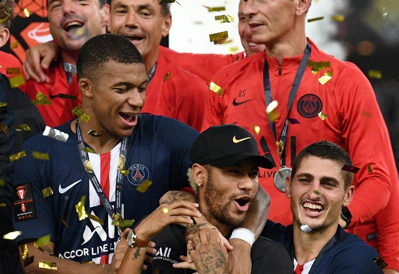 Одноклубник вытолкал Неймара с командной фотосессии после победы в Суперкубке Франции