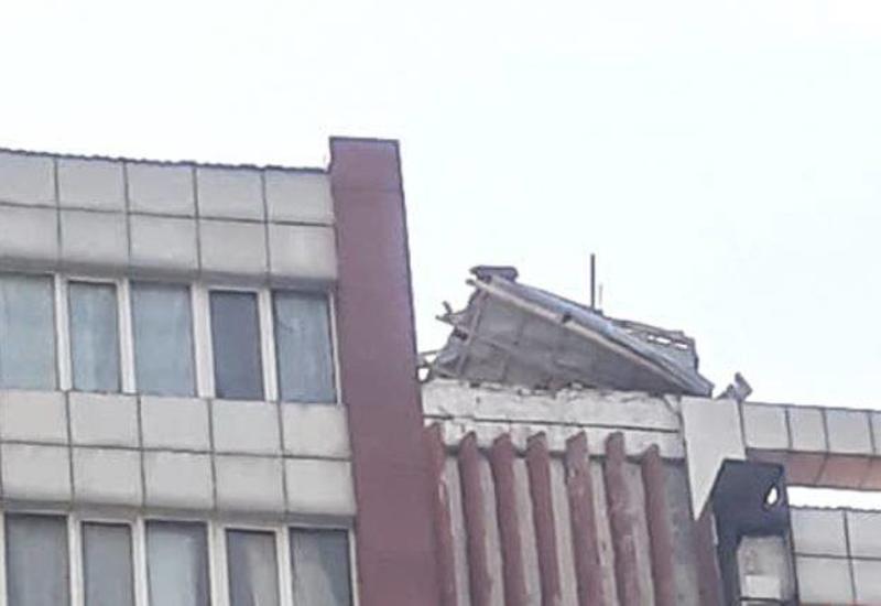 Сильный ветер сорвал крышу здания в Сумгайыте