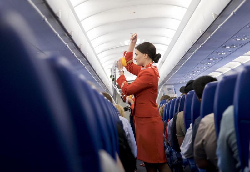 Стюардесса забыла разбудить пассажира и оставила его в пустом самолете