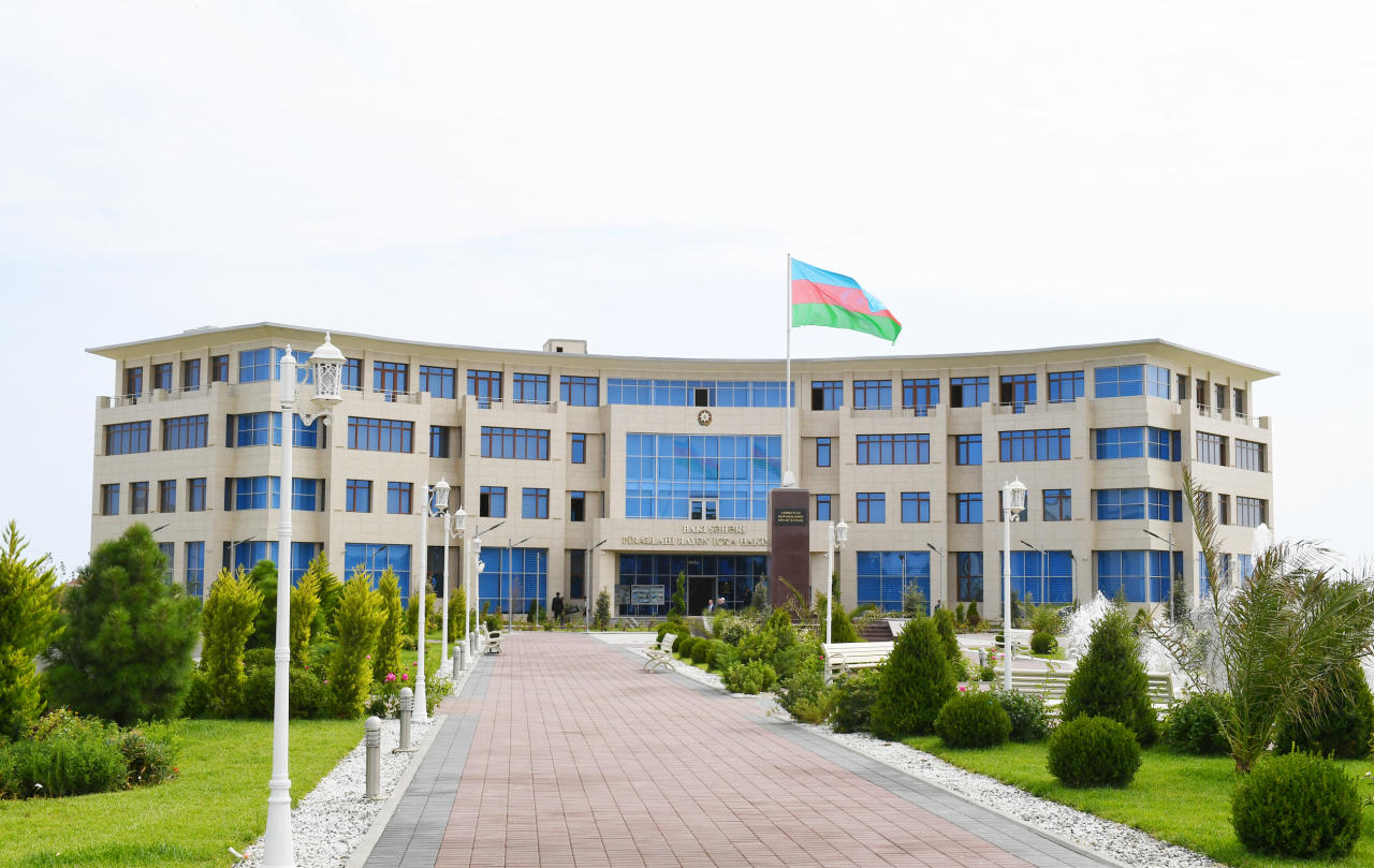 Президент Ильхам Алиев и Первая леди Мехрибан Алиева приняли участие в открытии нового здания Исполнительной власти Пираллахинского района