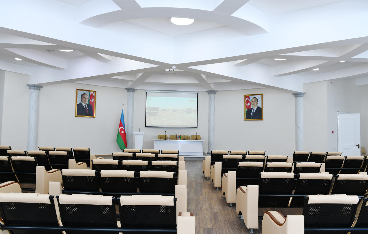 Президент Ильхам Алиев и Первая леди Мехрибан Алиева приняли участие в открытии новопостроенного Центра молодежи в Пираллахинском районе
