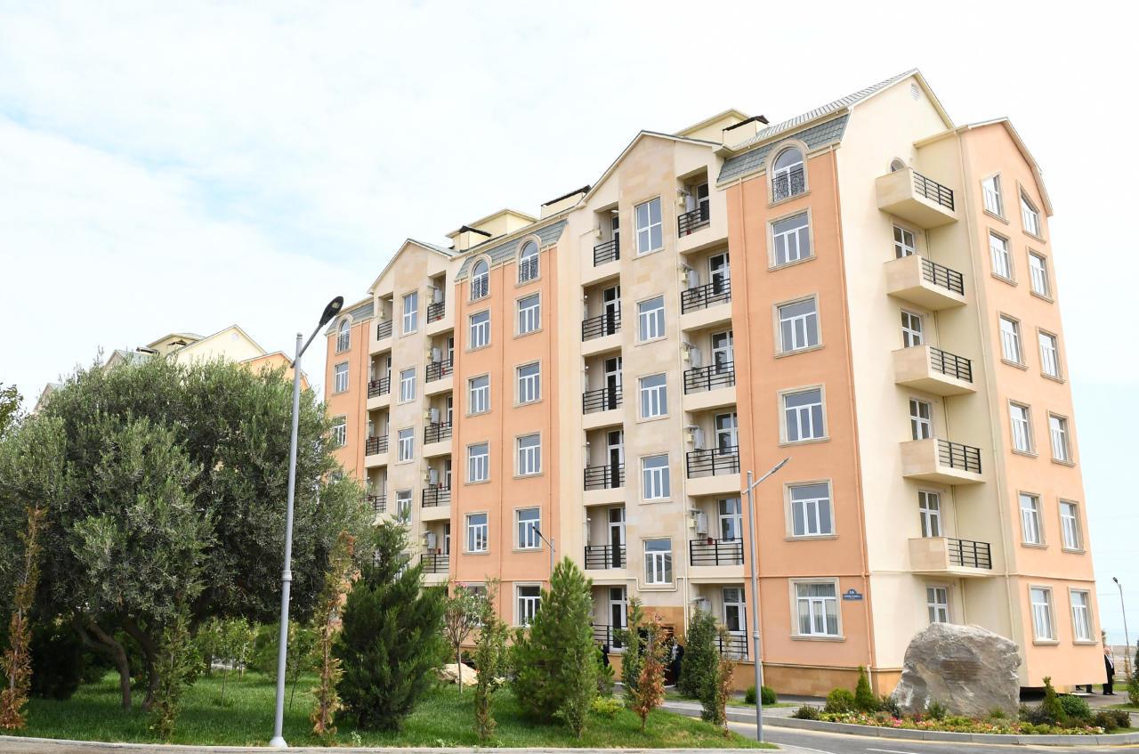 Президент Ильхам Алиев и Первая леди Мехрибан Алиева ознакомились с условиями, созданными в жилом комплексе для жителей аварийных зданий в Пираллахинском районе
