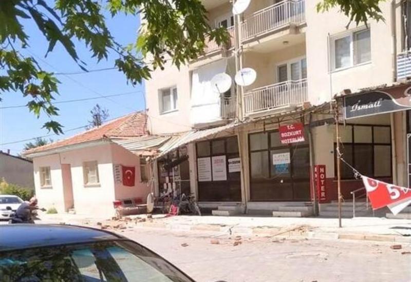 Мощное землетрясение в Турции повредило сотни домов