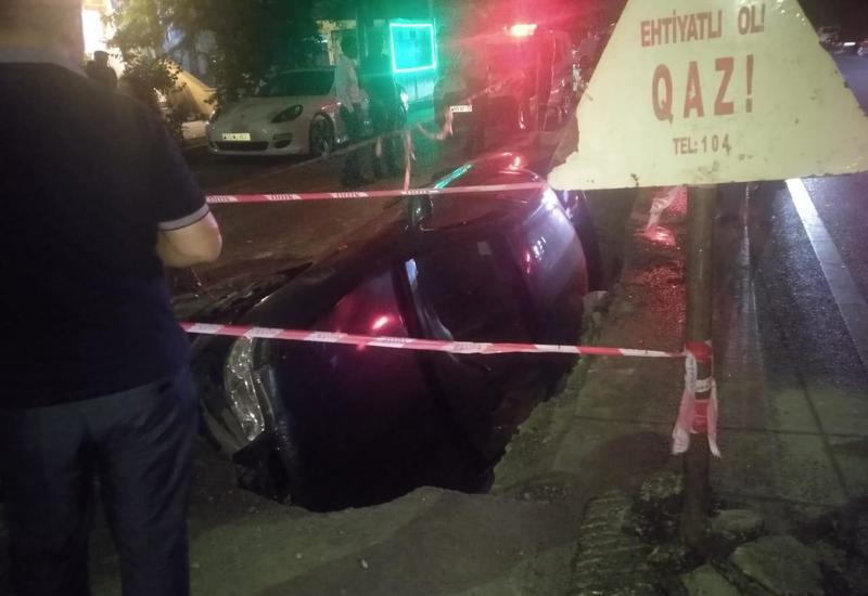 В Баку автомобиль провалился в яму на дороге