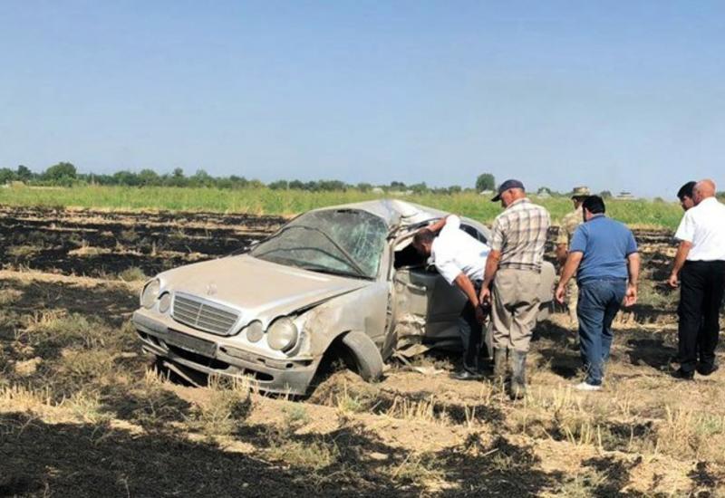 В Агджабеди перевернулся Mercedes, есть пострадавший