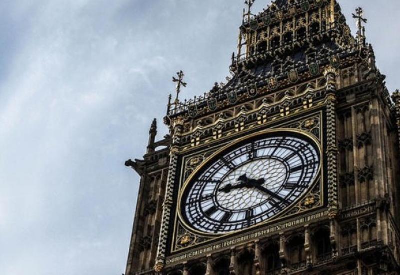 Как англичане добиваются точности главных часов страны с помощью монетки
