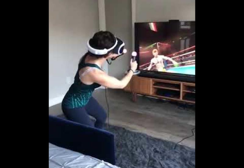 Реакция девушки на боксерский бой в виртуальной реальности