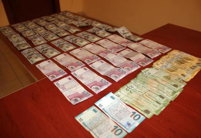 В Барде кассир украл сотни тысяч манатов