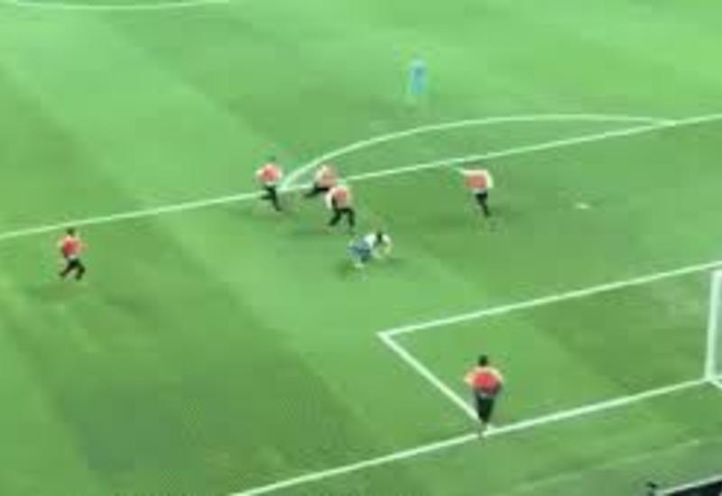 Футбольный фанат прорвался на поле и устроил гонку с семью стюардами в Стамбуле