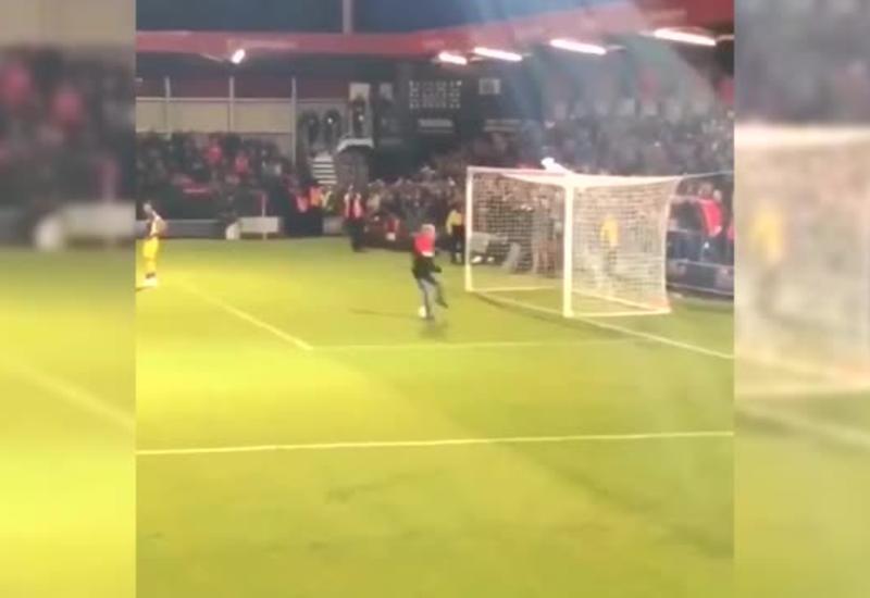 Футбольный фанат выбежал на поле, опозорился и стал героем соцсетей