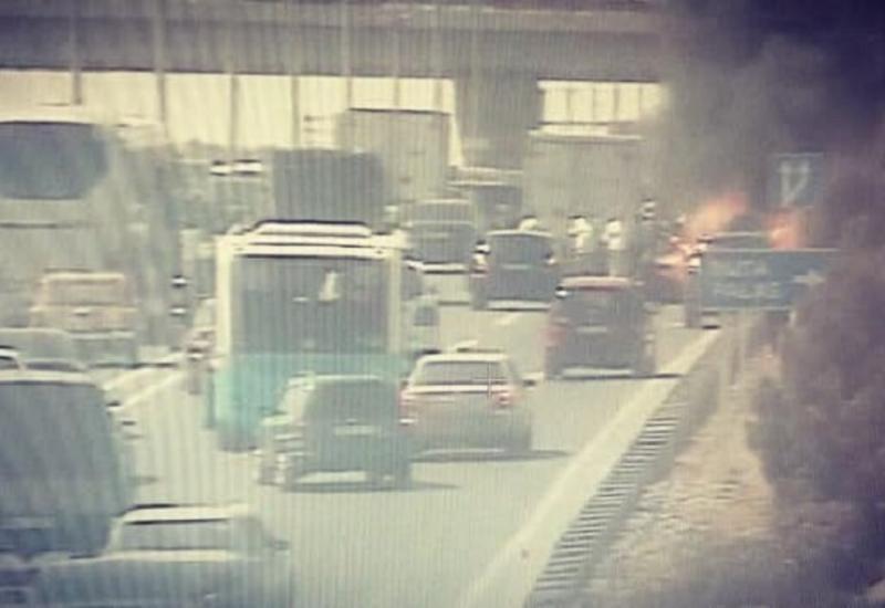 Пожар на дороге в бакинский аэропорт, образовалась пробка