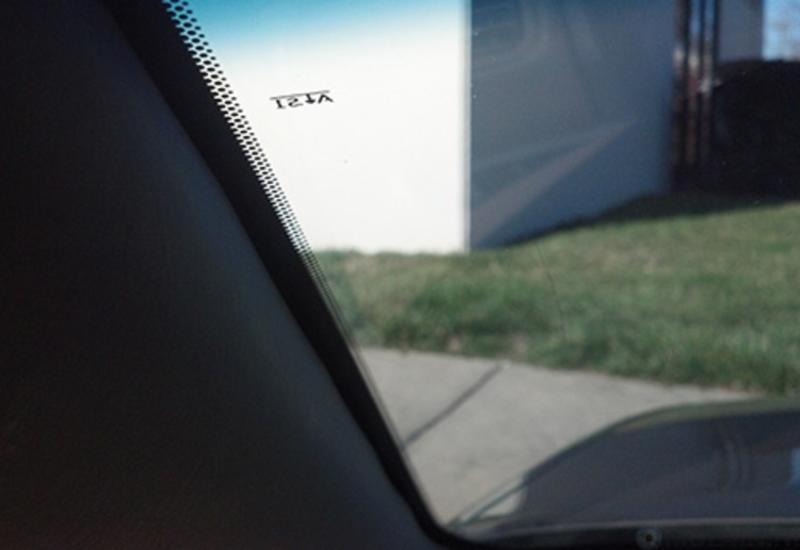 Для чего нужны чёрные точки по краям автомобильного стекла?
