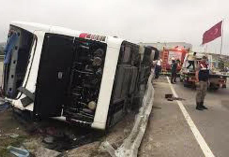 В Турции перевернулся пассажирский автобус, десятки раненых
