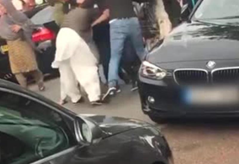 Две враждующие семьи устроили жестокую драку и попали на камеры