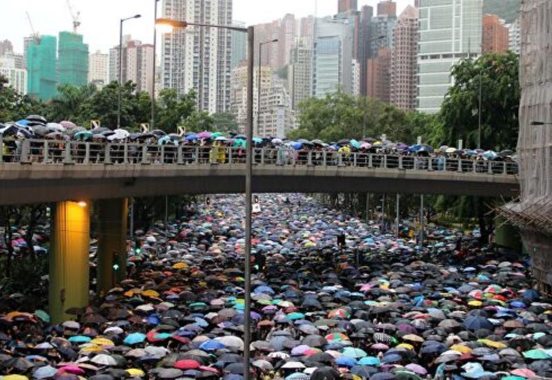 В Гонконге протестующие провоцируют полицию у здания заксобрания