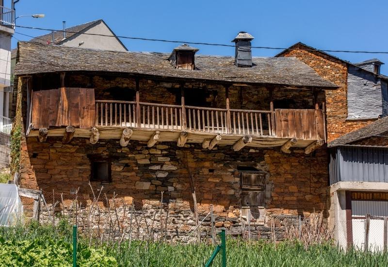 В Испании друзья выкупили заброшенную деревню, чтобы жить в ней на пенсии