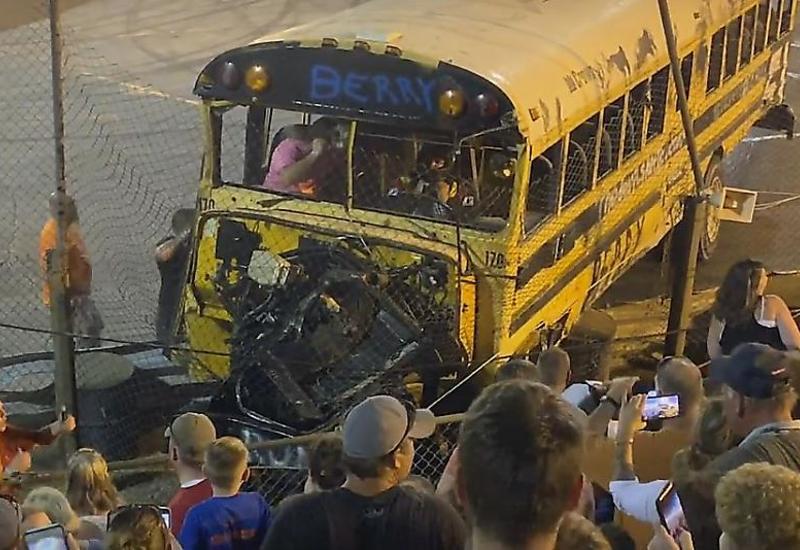 Школьный автобус чудом не въехал в зрителей во время гонки в США
