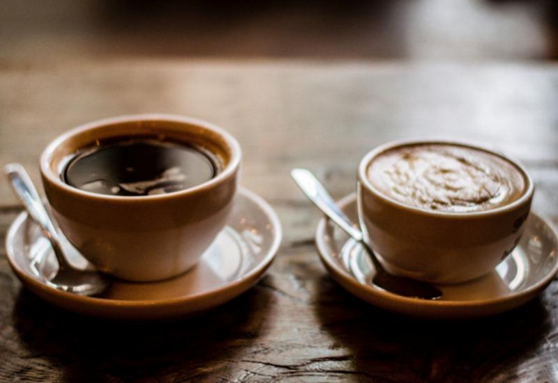 Зачем кчашке кофе подают стакан воды?