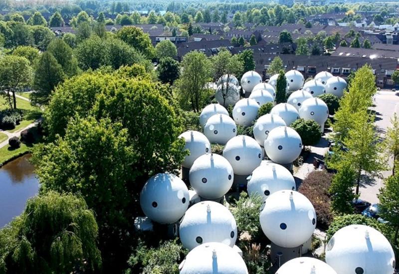 Откуда в провинциальном городке появились странные белые пузыри с окнами-глазницами