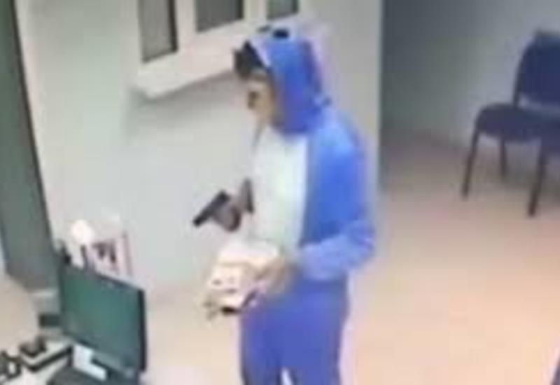 Дерзкий грабитель в костюме зайца грабит офисы микрозаймов