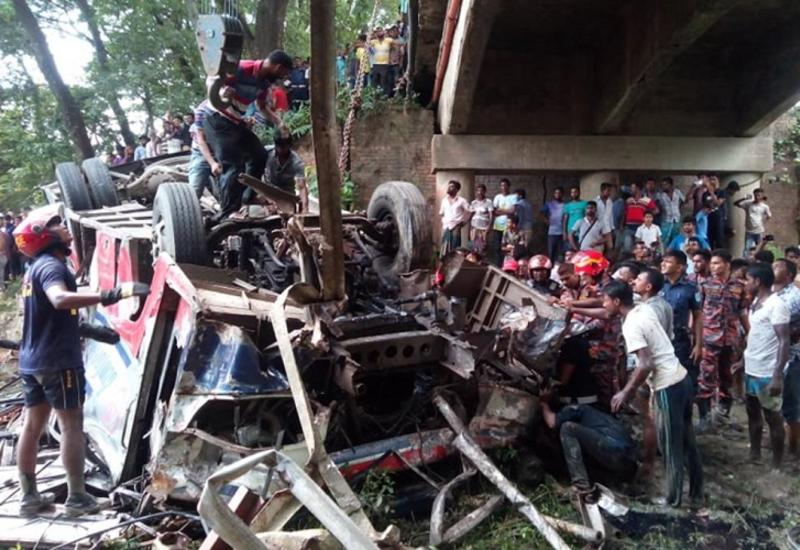 В Бангладеш автобус упал с моста, есть погибшие, десятки постравших