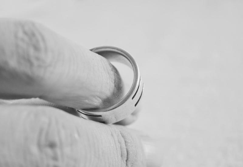"""В ОАЭ женщина подала на развод из-за """"чрезмерной любви"""" мужа"""