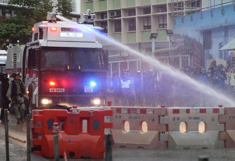 Протесты в Гонконге: полиция впервые применила водяные пушки