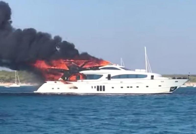 У берегов Испании загорелась роскошная яхта с пассажирами