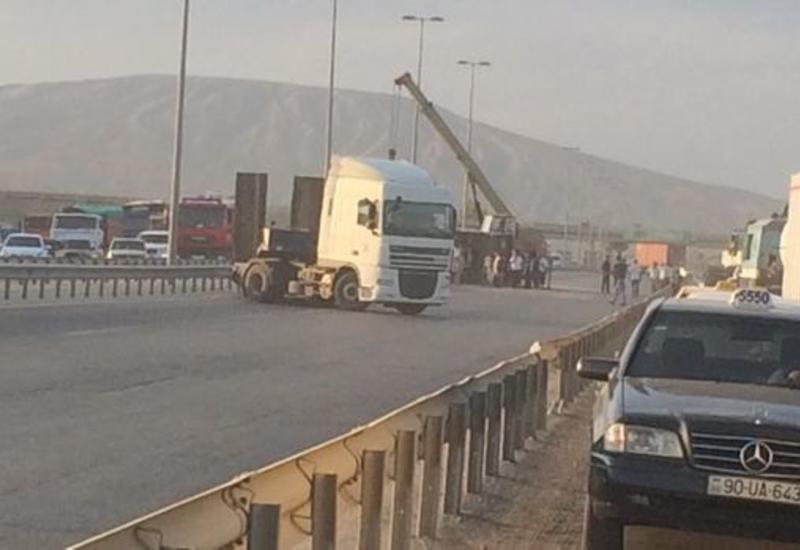 Тяжелое ДТП на Сальянском шоссе: есть пострадавший, дорога перекрыта