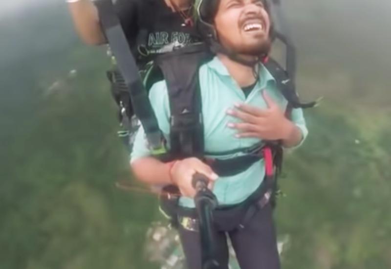 Летевший на параплане мужчина впал в истерику и рассмешил людей своими криками