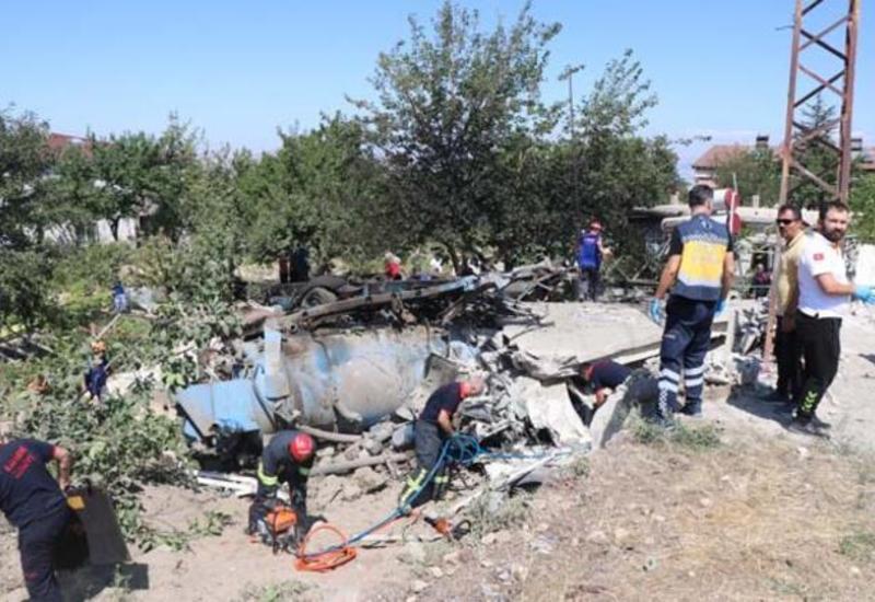 Грузовик въехал в жилой дом в Турции: есть жертвы, под завалами остались люди